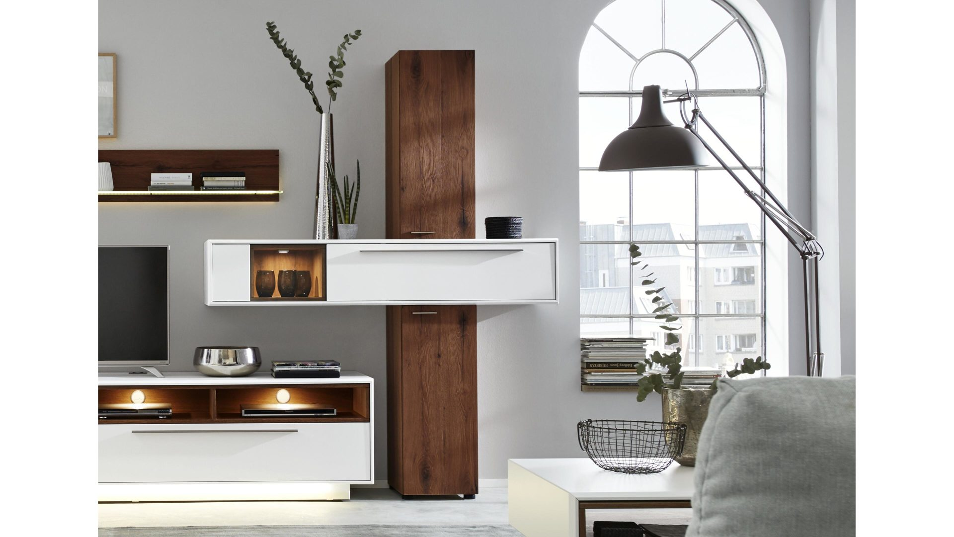 wohnkauf zeller weilburg mobel a z schranke wohnwande interliving interliving wohnzimmer serie 2102 designsaule dunkles asteiche furnier weisser